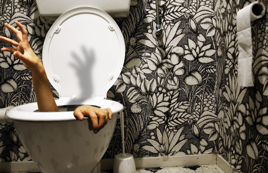 Женщина приклеена к сиденью унитаза в туалете сети магазинов Walmart